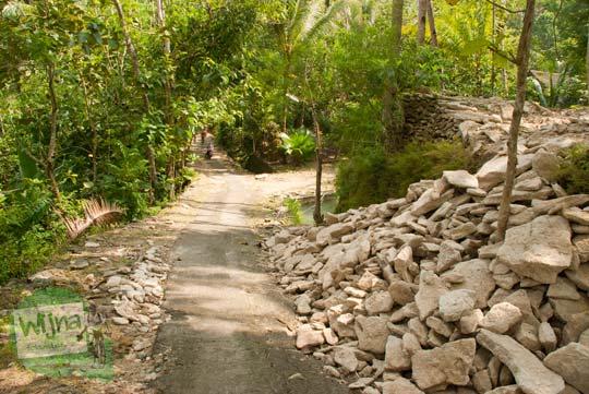 medan kondisi suasana jalan turunan terjal yang sempit ke arah Curug Banyunibo di kecamatan Pajangan, Bantul pada masa lampau
