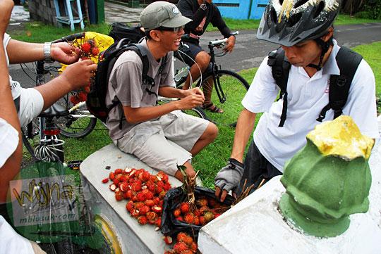 Pesta rambutan enak dan murah yang banyak dijual di sekitar kawasan Makam Sewu di Wijirejo Pandak Bantul pada tahun 2011