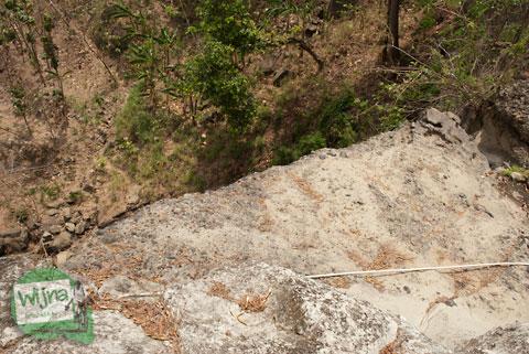 berdiri di puncak curug gedhe patuk, gunungkidul