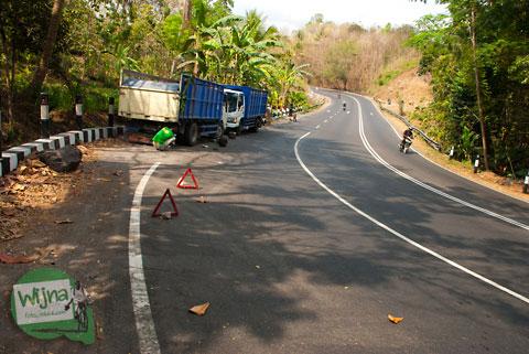 kecelakaan bus melawan truk di jalan wonosari, patuk, gunungkidul