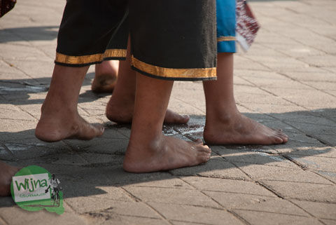Kaki peserta kepanasan sakit Festival Bentara Upacara Adat 2012 Yogyakarta