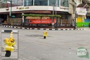 Sesaji Orang Meninggal di Perempatan Jalan