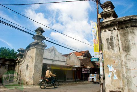 Gapura masuk kompleks Pesanggrahan Gua Siluman, Yogyakarta di tahun 2012