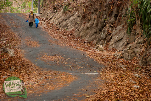 Ibu di desa menjemput anak pulang sekolah jalan kaki