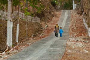 gambar/2012/ibu-desa-jemput-anak-sekolah-tb.jpg?t=20180420003930328