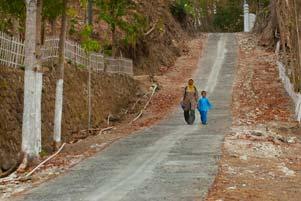 gambar/2012/ibu-desa-jemput-anak-sekolah-tb.jpg?t=20190822192125138