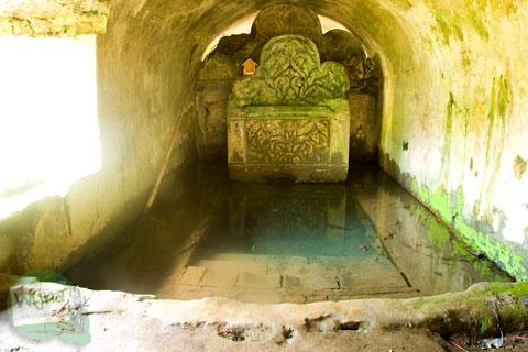 Mata air kolam tempat bersemedi di Pesanggrahan Gua Siluman, Yogyakarta di tahun 2012