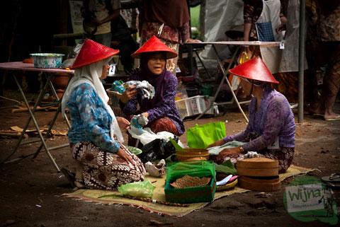 Ibu-ibu desa memasak masakan tradisional khas Imogiri, Bantul
