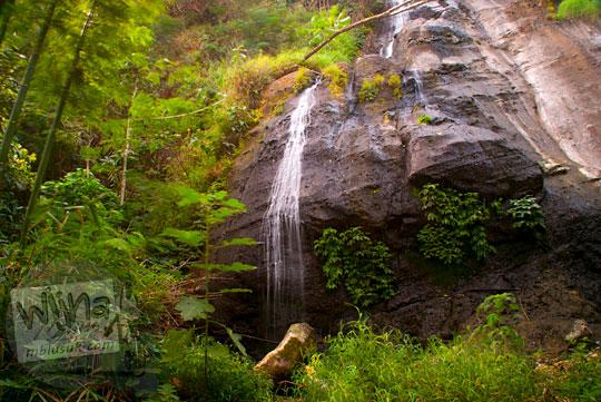 Pemandangan kondisi objek wisata air terjun curug Benowo di desa Benowo, Bener, Purworejo, Jawa Tengah pada musim kemarau airnya sedikit menghilang