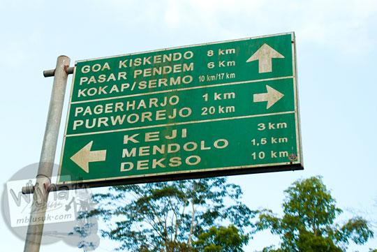 papan hijau lalu lintas menunjukkan arah jalur alternatif rute menuju Samigaluh, Yogyakarta dari Purworejo, Jawa Tengah membelah perbukitan menoreh