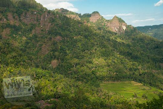 pemandangan indahnya Perbukitan Menoreh yang cantik hijau asri banyak pohon langit biru dari desa terpencil di kabupaten Purworejo, Jawa Tengah