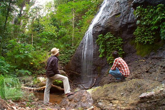 wisatawan mengeluh kecewa dengan kondisi obyek wisata Curug Benowo, di Desa Bener, Purworejo, Jawa Tengah yang tampak tidak terawat dan kurang menarik