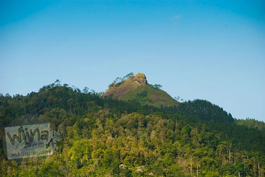 puncak salah satu bukit di gugusan Perbukitan Menoreh yang letaknya ada di Desa Benowo di Kecamatan Bener, Purworejo, Jawa Tengah cocok sebagai tempat camping berkemah dan foto
