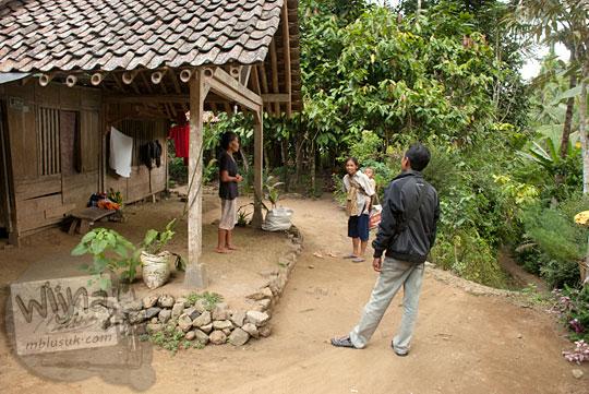 wawancara dengan warga yang tinggal di rumah joglo tradisional tua antik di area Curug Benowo, di Desa Bener, Purworejo, Jawa Tengah