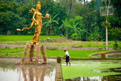 Pameran Panen Terakhir di Nitiprayan dan Jeblog, Kasihan, Bantul oleh Komunitas Garda Matra berbentuk patung dewi sri dari emas