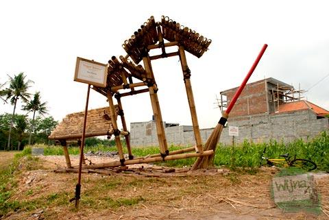 Pameran Panen Terakhir di Nitiprayan dan Jeblog, Kasihan, Bantul oleh Komunitas Garda Matra berbentuk sapu besar