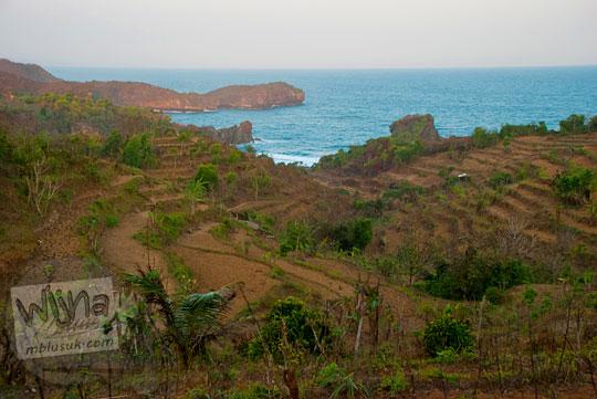 pemandangan indah pantai jungwok gunungkidul dilihat dari ketinggan puncak bukit tak bernama