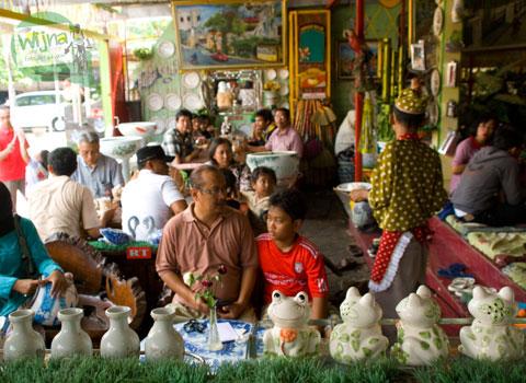 Suasana Warung Selat Solo Mbak Lies Serengan di rumah sisi utara racikan Ibu Wulandari Kusmadyaningrum penuh keramik hias