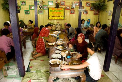 Suasana Warung Selat Solo Mbak Lies Serengan di rumah sisi kidul racikan Ibu Wulandari Kusmadyaningrum