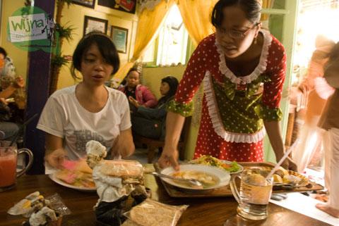 Penampilan desain unik baju pelayan pramusaji Warung Selat Solo Mbak Lies Serengan