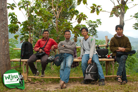 Fotografer siap Motret Candi Borobudur dari bukit Punthuk Setumbu sebelum subuh