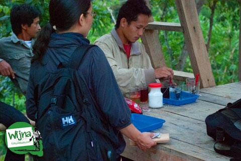 Minum kopi sambil menikmati keindahan Candi Borobudur dari bukit Punthuk Setumbu