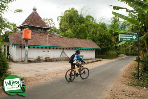 Lokasi parkir kendaraan bus dan mobil di bukit Punthuk Setumbu, Magelang