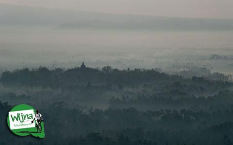 Musim cuaca bagus tidak mendung saat memfoto Candi Borobudur dari bukit Punthuk Setumbu