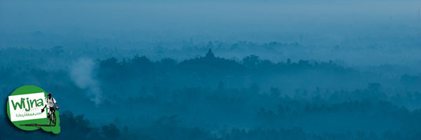 Siluet Candi Borobudur dari bukit Punthuk Setumbu yang mirip foto kartu pos