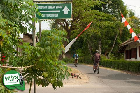 Papan petunjuk arah lokasi bukit Punthuk Setumbu dari Candi Borobudur