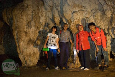 Berfoto keluarga di Gua Batu di Bantimurung, Maros, Sulawesi Selatan di tahun 2012