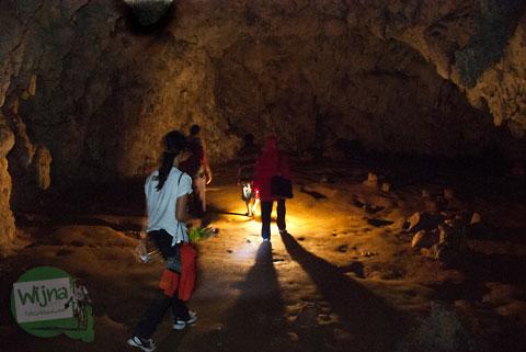 Tarif petromaks untuk menjelajah Mitos Gua Batu di Bantimurung, Maros, Sulawesi Selatan di tahun 2012