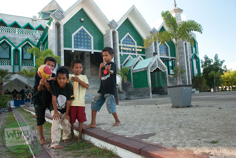 Santri kecil di dalam masjid Al-Markaz Al-Islam Jenderal M. Jusuf Makassar