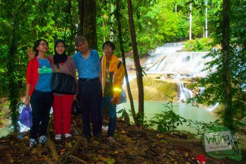 Di Air Terjun Moramo, Tanjung Perona
