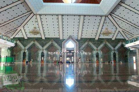 Suasana di dalam masjid Al-Markaz Al-Islam Jenderal M. Jusuf Makassar