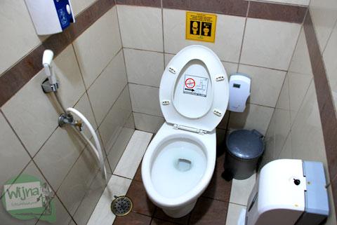 Suasana, penampilan, dan bentuk toilet atau kamar kecil di Bandara Juanda, Surabaya.