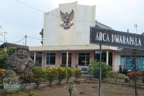 Arca dwarapala Singosari berada di dekat Gedung Pancasila dan Candi Singosari yang masih utuh
