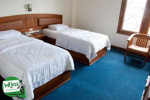 Suasana interior kamar hotel Athaya, Kendari yang bersih dan rapi