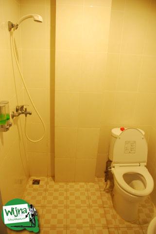 Suasana kamar mandi di hotel D'Bugis Ocean, Makassar