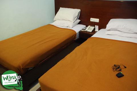 Tempat tidur di kamar hotel D'Bugis Ocean, Makassar