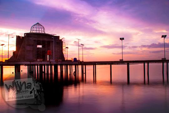 Pemandangan masjid terapung indah di kala senja di Pantai Losari Makassar pada tahun 2012