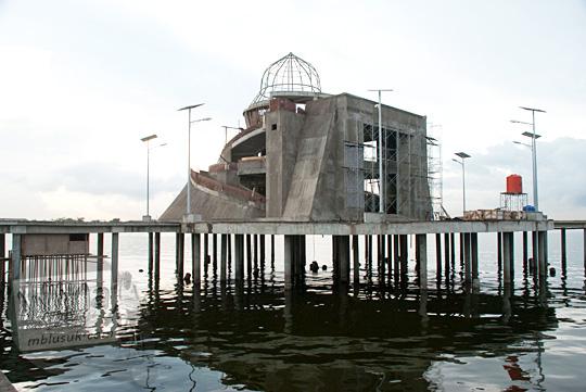 Masjid terapung di Pantai Losari Makassar saat baru dibangun pada tahun 2012