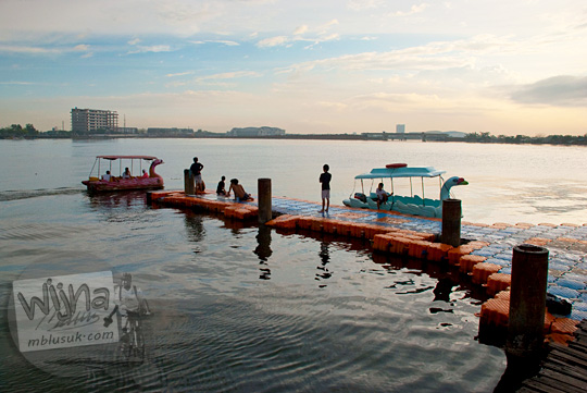 Jasa keliling Pantai Losari Makassar dengan naik perahu berbentuk bebek beserta tarifnya di tahun 2012