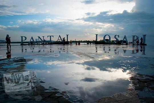 Refleksi permukaan basah di Pantai Losari Makassar di sore hari selepas hujan pada tahun 2012