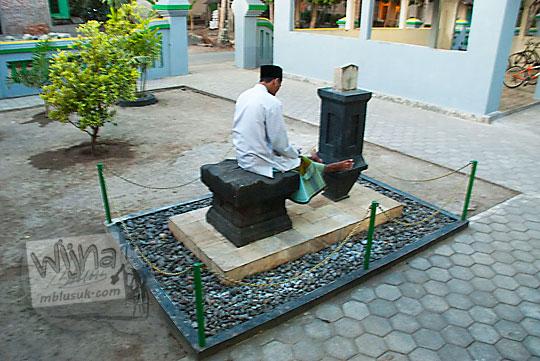 Yoni dan jam istiwak atau jam bantet yang ada di Masjid Sabilurrosyad, Kauman, Wijirejo, Pandak, Bantul