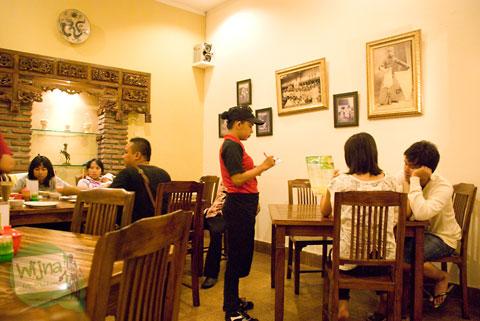Suasana bersantap di rumah makan Mie Ceker Bandung dengan ornamen zaman dulu di tahun 2012