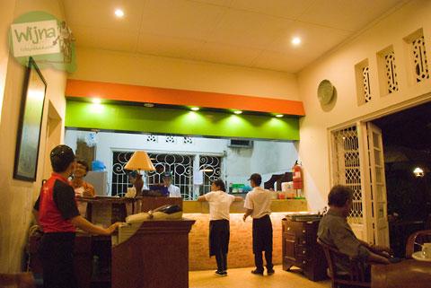 Suasana dapur terbuka restoran Mie Ceker Bandung menarik perhatian pengunjung terutama wisatawan asing