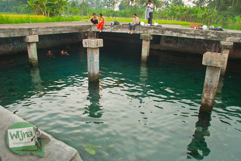 Warga desa melewatkan pagi dengan berenang di Umbul Pajangan di Desa Wedomartani, Ngemplak, Sleman, Yogyakarta pada tahun 2012
