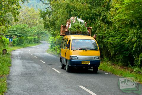 konflik warga desa antara kepemilikan kendaraan bermotor (khususnya sepeda motor) dengan keberadaan angkutan umum sejenis angkot