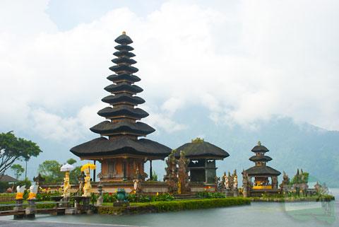 Sewaktu singgah di Pura Ulun Danu Bratan Bali, ada kisah yang tidak menyenangkan terjadi antara saya dengan salah satu juru foto yang menjajakan jasanya di lokasi